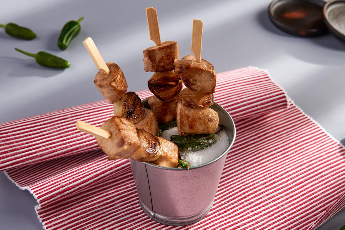 """Alambre de conejo, pimientitos y cebollitas en un """"pis-pás"""""""