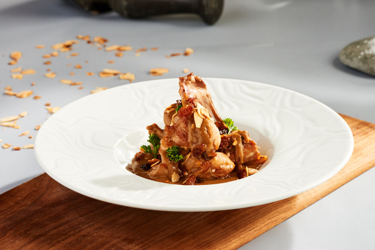 Almendrado de carne de conejo con salsa de vino dulce